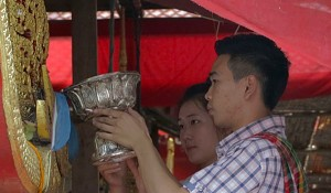 A young couple pour holy water into the hanglin